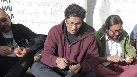 Hombres pelan papas en Bolivia, en campaña contra la violencia machista
