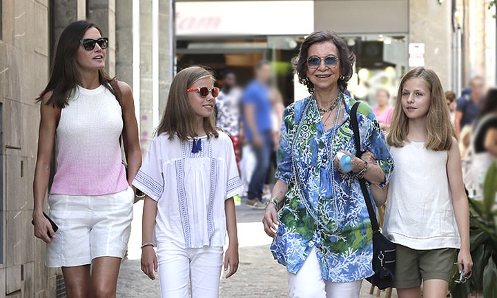 Como nunca las habíamos visto: así ha sido la visita al mercado de las reinas Sofía y Letizia con la princesa Leonor y la infanta Sofía