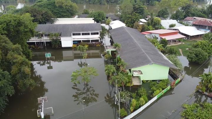 แม่น้ำชีเอ่อท่วมที่มหาสาคาม 7 โรงเรียนเลื่อนเปิดภาคเรียนที่ 2
