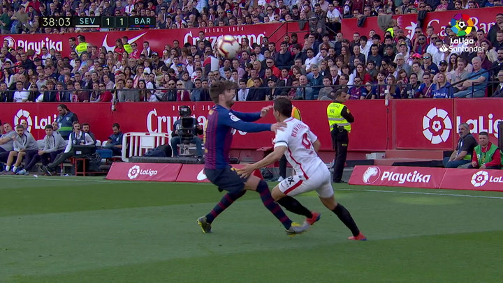 LaLiga: Sevilla - Barça. Ben Yedder se va de Piqué con un 'sombrero' espectacular en el minuto 37