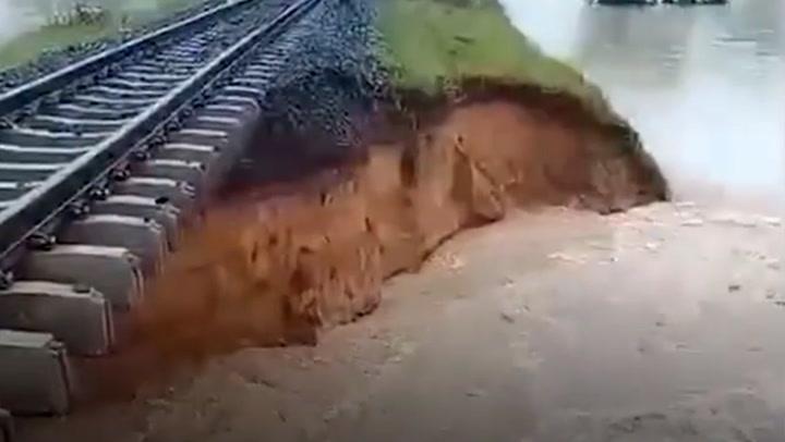 """ฤทธิ์พายุ """"เตี้ยนหมู่"""" ถล่มอีสาน! น้ำซัดคอสะพานทางรถไฟขาด"""