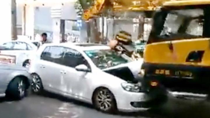 Da sjåføren besvimte gikk kranbilen løpsk