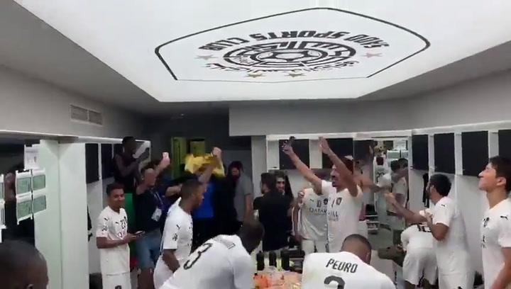 Xavi celebró en el vestuario junto a sus jugadores el pase a cuartos