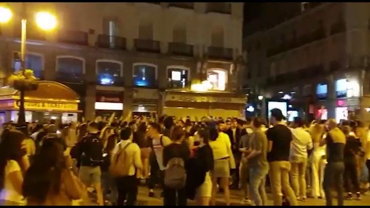 Aglomeraciones en distintos puntos de Madrid para celebrar el fin del estado de alarma