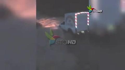 Carro repartidor de pan intenta cruzar río y es arrastrado