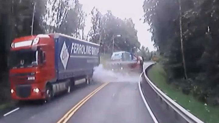 Tre vogntog smeller i hverandre