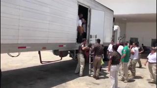 Rescatan a 785 migrantes que iban en cajas de tráileres en Veracruz
