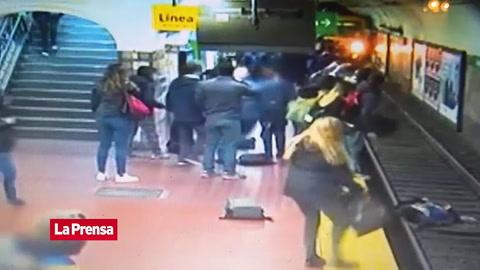 Video viral: Mujer cae a las vías del metro y se salva de milagro