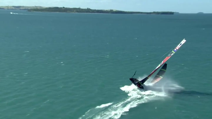 Espectacular vuelco del barco Emirates Team New Zealand