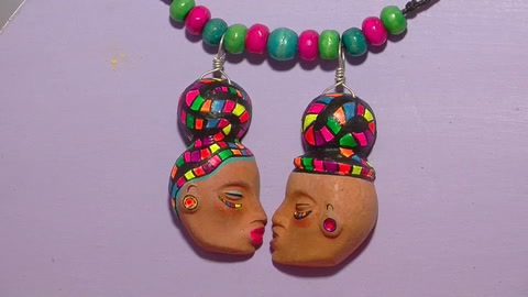 Artesana mexicana recupera uso prehispánico del barro para elaborar joyas
