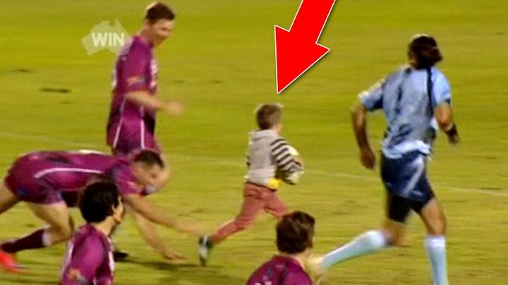 4-åringen forviller seg  ut på banen – og scorer!