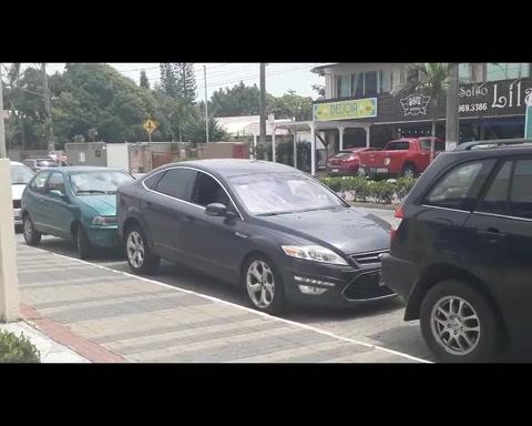 Un auto levita para salir de un estacionamiento