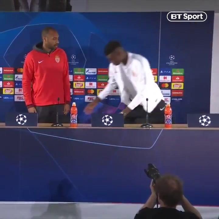 Badiashile, pretendido por el Valencia, fue reprendido por Henry tras una rueda de prensa