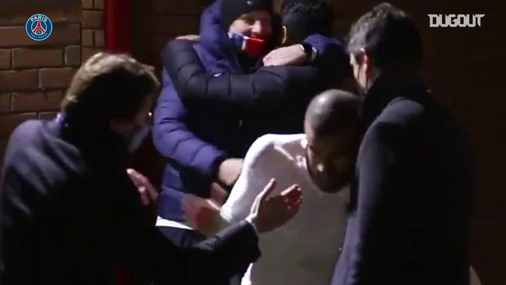 Jogadores do PSG vibram após vitória sobre o United; veja os bastidores do vestiário