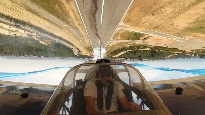 Kun få meter over bakken flyr piloten opp ned