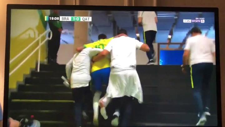 Neymar abandona cojeando el terreno de juego