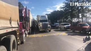 Enormes filas de vehículos tras nuevo incremento al peaje