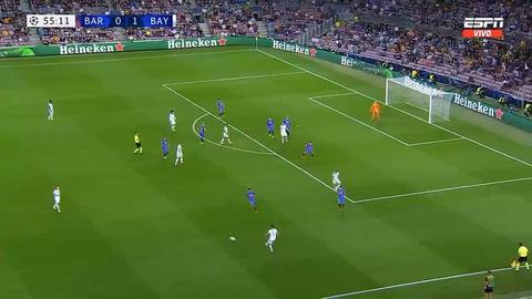 Lewandowski le rompió la cintura a Piqué en el tercer gol del Bayern Múnich ante Barcelona