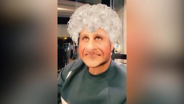 Joaquín bromea y se 'disfraza' de abuela