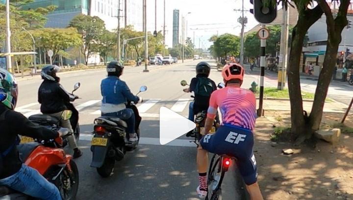 Rigoberto Urán sorprende yendo por la ciudad como si estuviera en el Tour