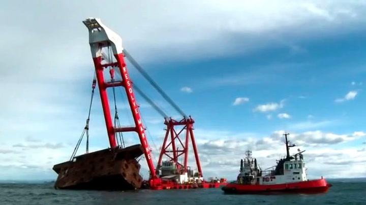 Her løftes 350 tonn opp av havet