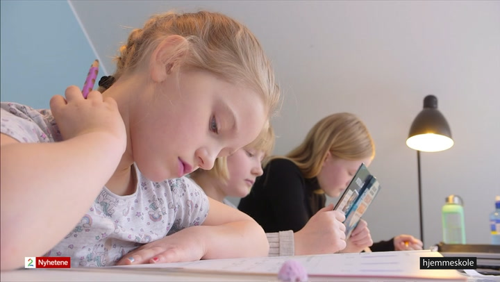 Tre barn jobber med skolearbeid hjemme
