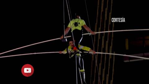Hermanos Wallendas atraviesan Times Square sobre una cuerda floja