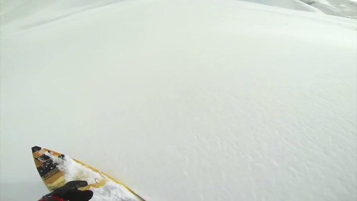Man surft over sneeuw van Oostenrijkse berg af