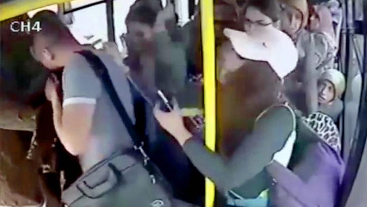 Pervers type fikk juling av ALLE kvinnene på bussen