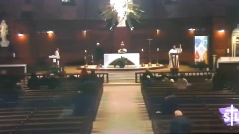 Sacerdote es apuñalado mientras oficializaba una misa en Canadá