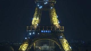 Torre Eiffel se ilumina en homenaje a los trabajadores de la salud