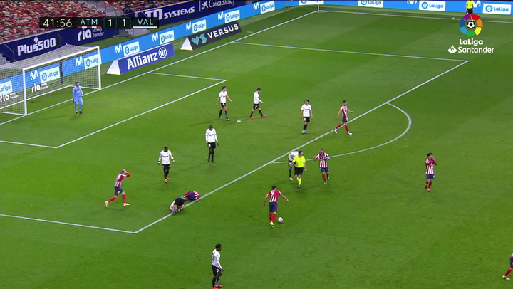 El Atlético reclamó penalti en esta jugada de Maxi sobre Lemar