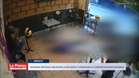 Sicarios entran con pistola en mano y disparan a clientes en restaurante