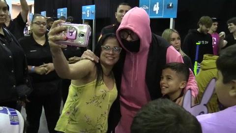 Bad Bunny entrega miles de juguetes a niños de Puerto Rico