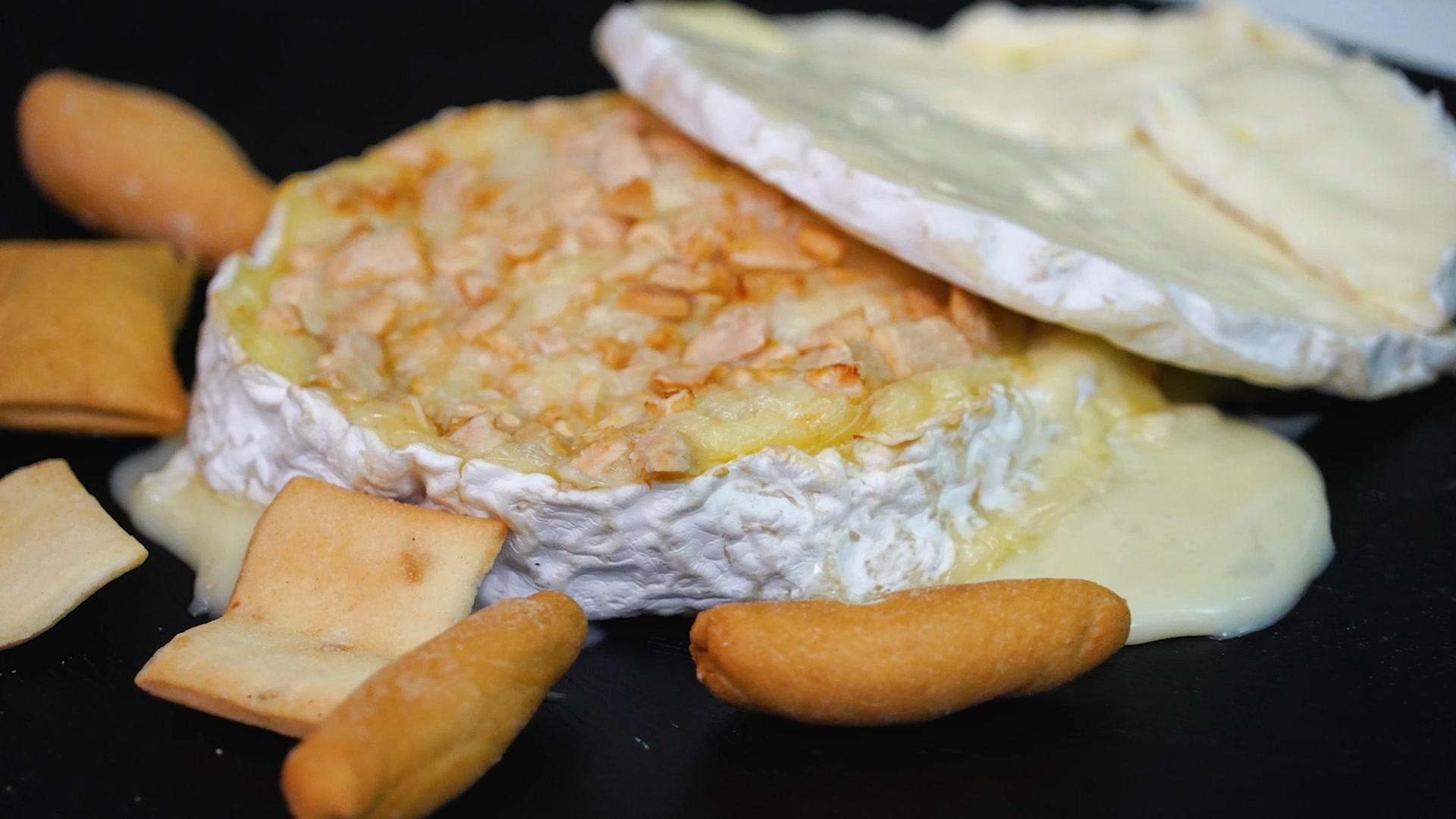 Queso Camembert con almendras y vino blanco