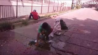 Capitalino es captado lavando su ropa con aguas residuales que salen de una alcantarilla