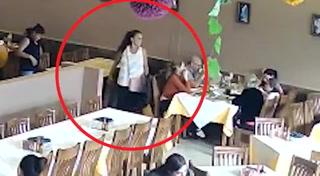 Video muestra a mujeres  robando carteras en restaurante de SPS