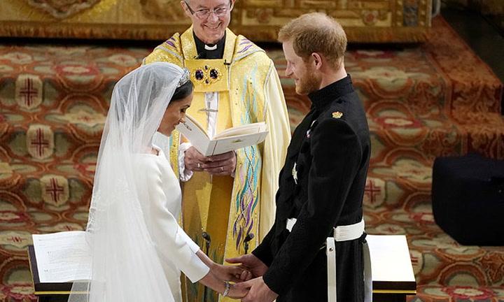 Los votos que han pronunciado el príncipe Harry y Meghan Markle entre miradas de amor