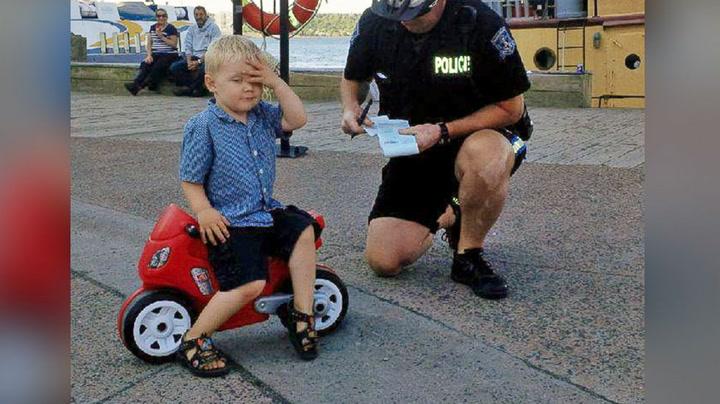 Bildet går verden rundt: 3-åring får bot av politiet