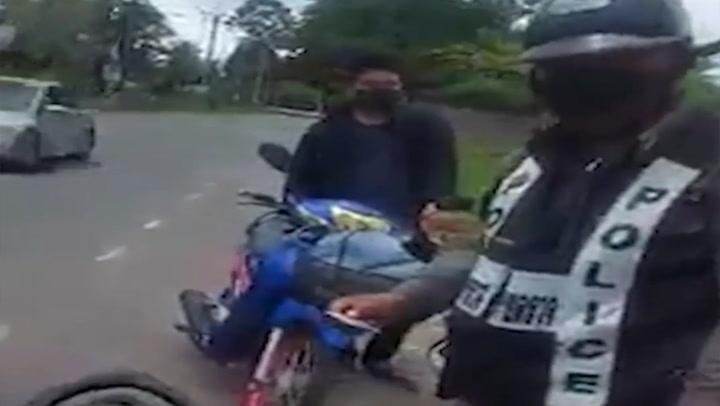 ชาวเน็ตสงสัย อาสาฯ ตำรวจขอตรวจค้นรถ-ออกใบสั่ง แต่อีกฝ่ายไม่ยอม