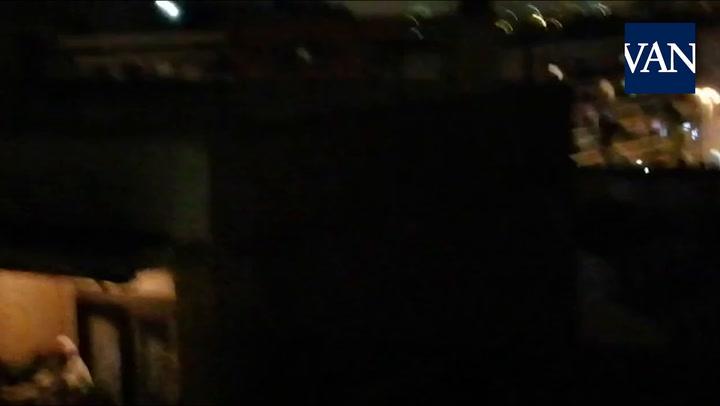 Los vecinos cantan 'Resistiré' en los balcones
