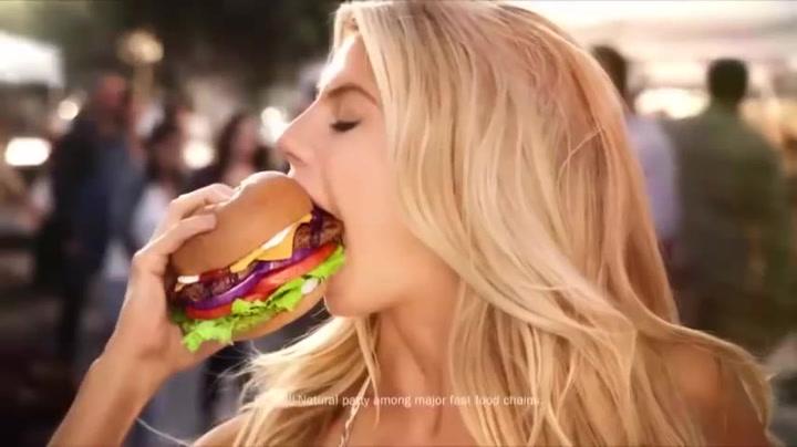 Los anuncios censurados de la Super Bowl: El explícito anuncio de hamburguesas de Charlotte McKinney