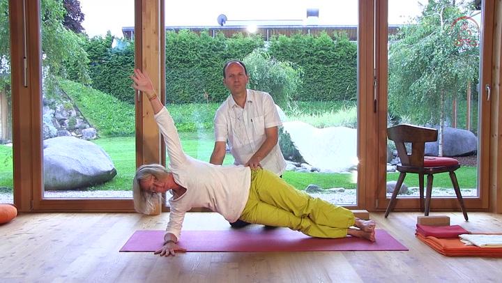 yoga video skoliose yoga bungen bei skoliose yogamehome. Black Bedroom Furniture Sets. Home Design Ideas