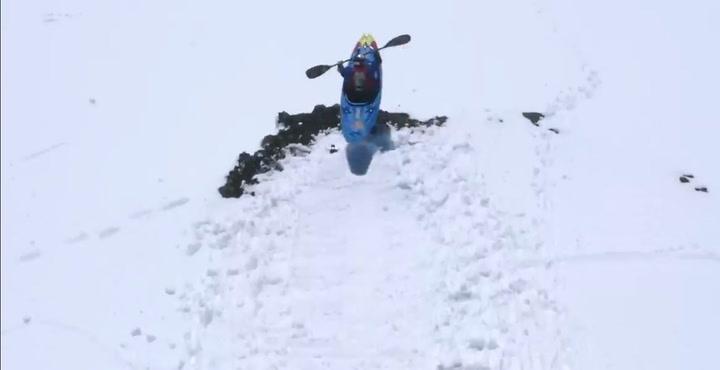 A casi 100 kms. por hora en la nieve… sobre un kayak
