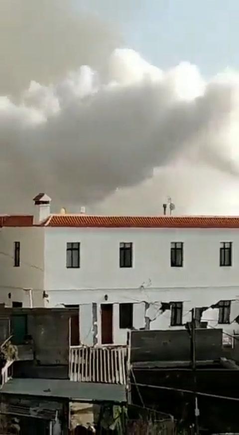 Lava del volcán en Canarias derriba una iglesia rápidamente