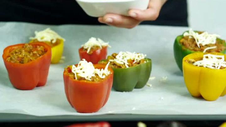 Hvordan tilberede mat med fylt og gratinert paprika