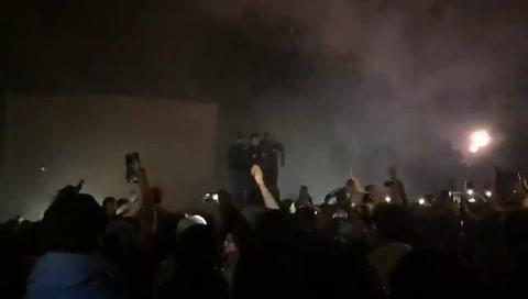 Pity Alvarez no salió a tocar y sus fans prendieron fuego el escenario