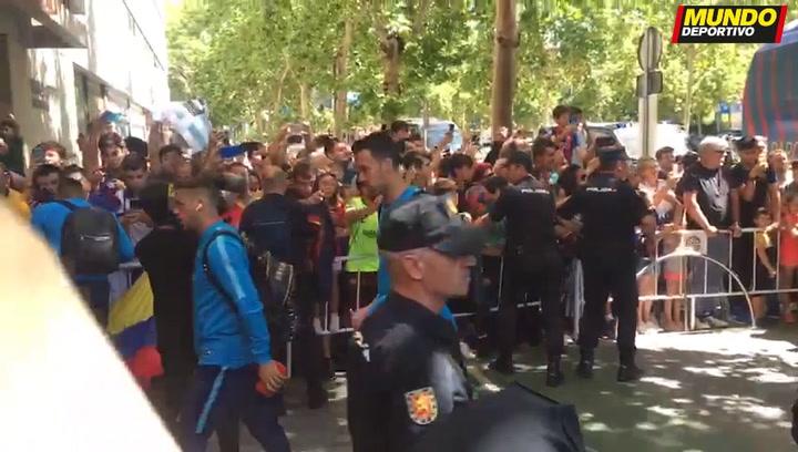Máxima expectación a la llegada del Barça a su hotel de concentración de la final de la Copa en Sevilla