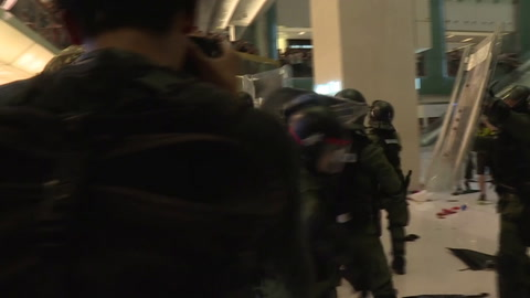 Policías y manifestantes se enfrentan de nuevo en Hong Kong