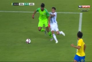 La jugada arriesgada de Allisson Becker que pudo acabar en blooper del año contra Argentina